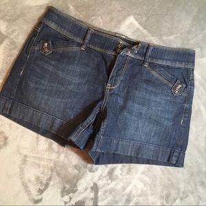 White House Black Market Blanc Shorts Size 4